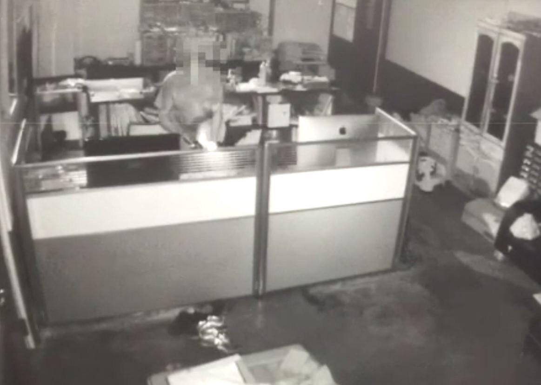 歹徒侵入住宅行竊神明金牌,全被監視器錄了下來。記者翁禎霞/翻攝