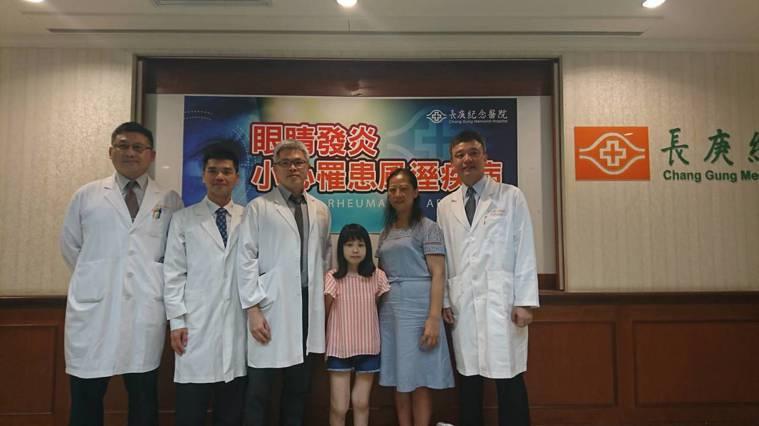 年僅20歲的黃小姐(中)罹患全身性關節炎,雙眼視力在短時間內從1.0驟降到0.7...