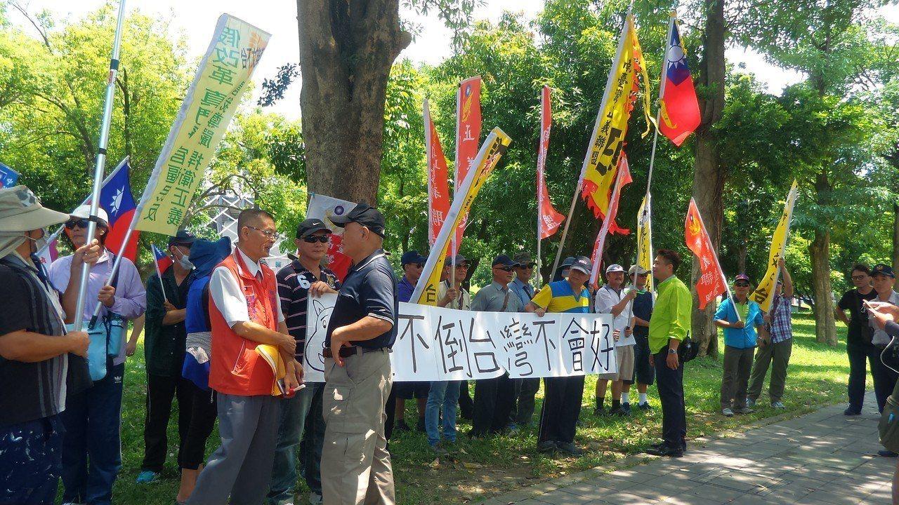 退休軍公教等團體今天趁總統蔡英文到國訓中心,聚集國訓中心前抗議。記者林保光/攝影