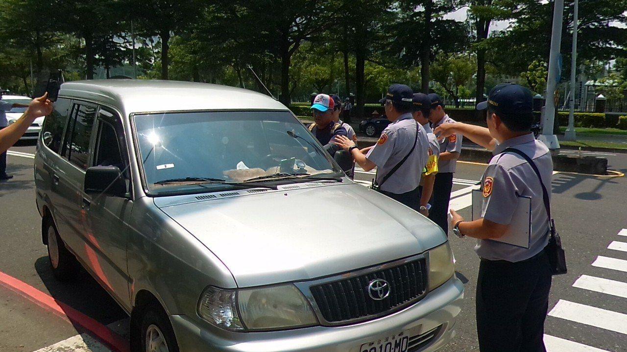 一輛休旅車因路上鳴汽笛,開到國訓中心前的世運大道,被員警攔下盤查。記者林保光/攝...