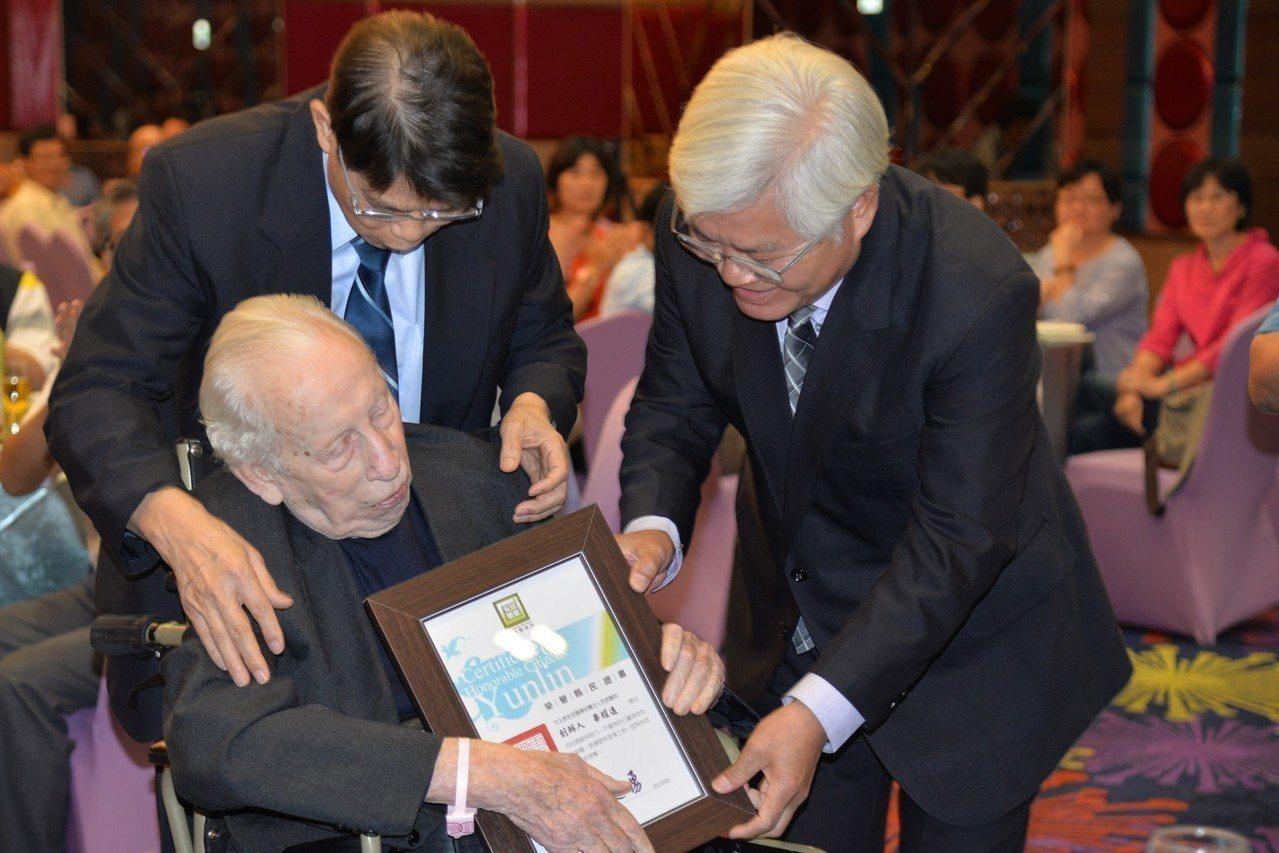 雲林若瑟醫院的創院神父畢耀遠(中)昨天歡慶96歲生日,縣長李進勇(右)感謝他逾一...