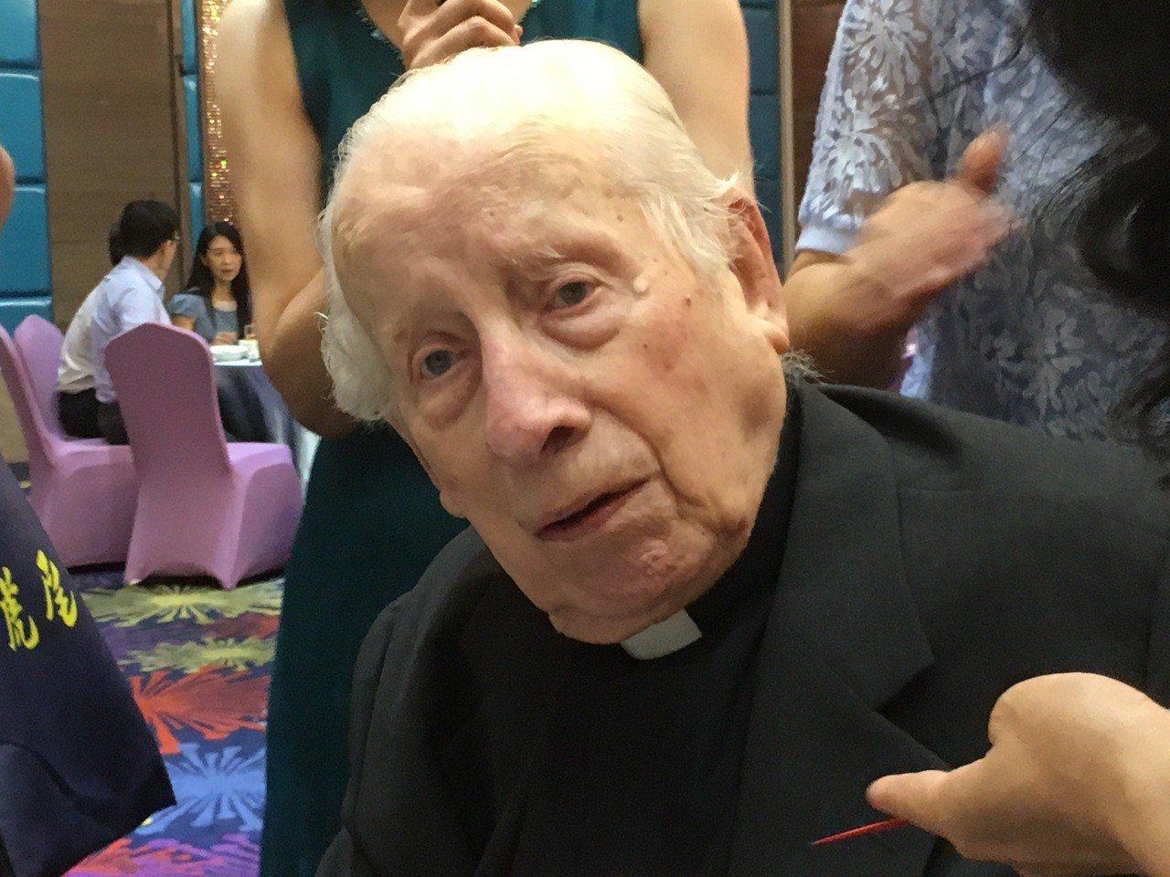 雲林若瑟醫院的創院神父畢耀遠昨天歡慶96歲生日,縣長李進勇感謝他逾一甲子的生命都...