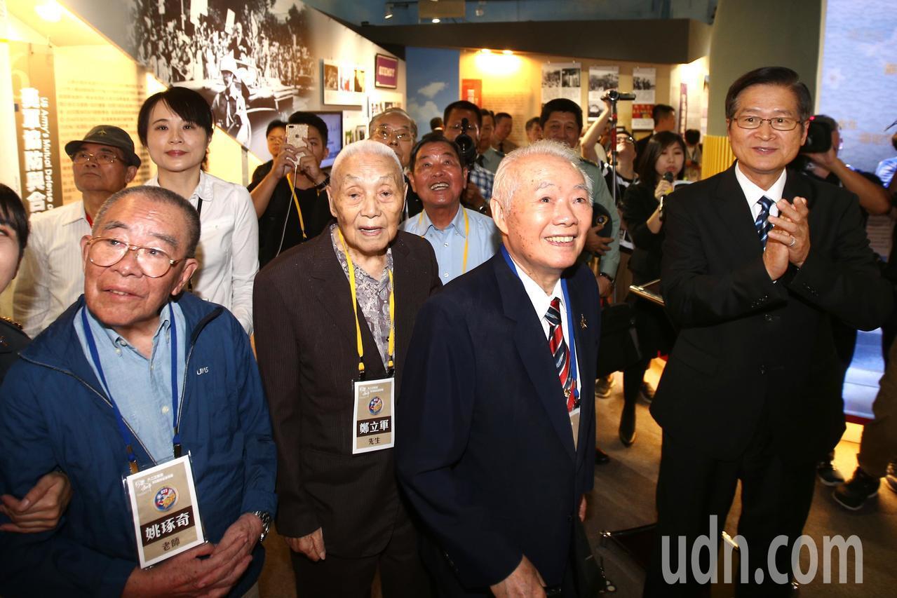 國防部長嚴德發(右一)上午在資深軍事記者姚琢奇(左起)、鄭立軍將軍與空軍前總司令...