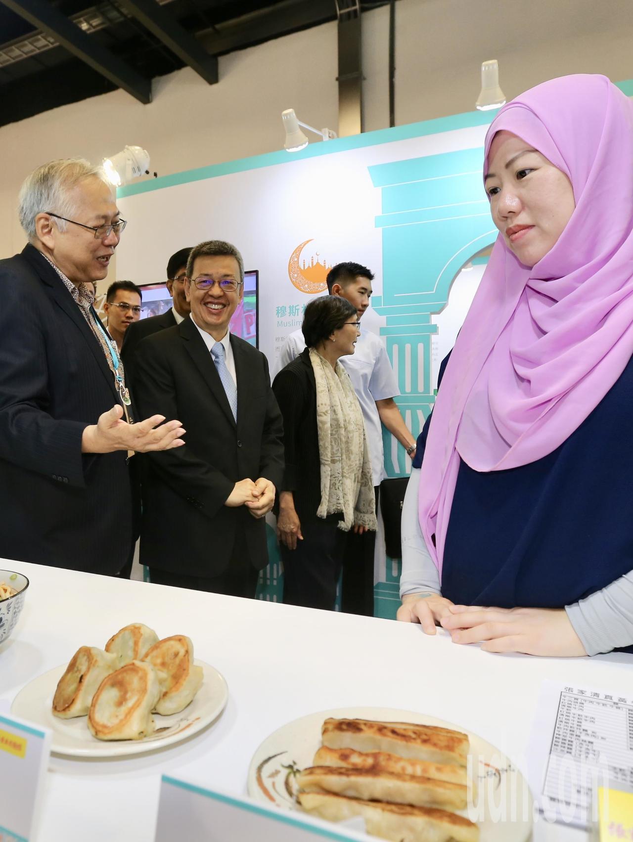 副總統陳建仁(左二)出席台灣美食展開幕儀式,會後參觀穆斯林的清真認證食品。記者許...