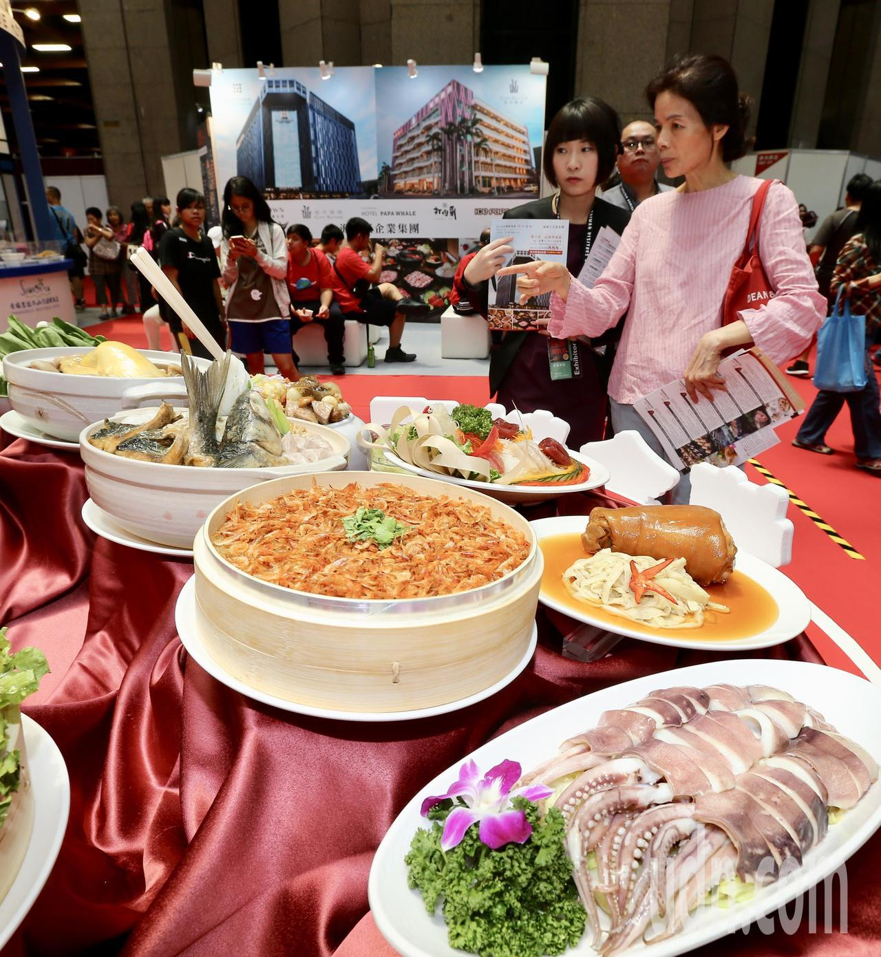 台灣美食展開幕,吸引不少民眾前往參觀撿便宜。記者許正宏/攝影