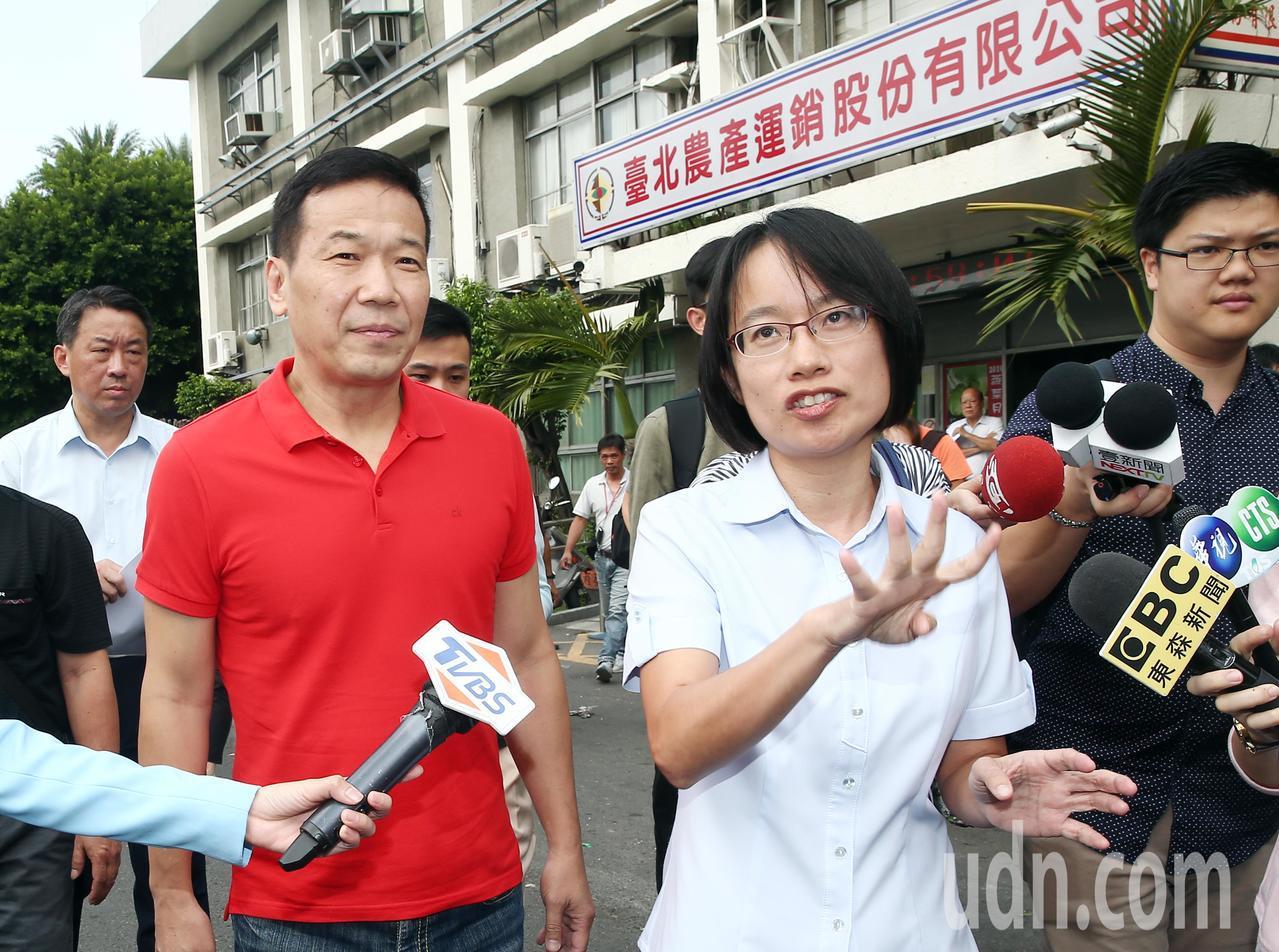 台北市議員鍾小平(左二)上午與北市市場處處長許玄謀一同視察北農經營的第一果菜批發...