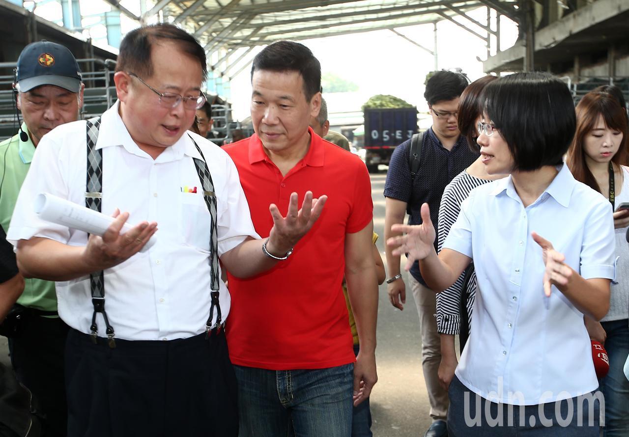 針對北農拒赴北市議會備詢,引發部分市議員不滿,台北市議員鍾小平(中)上午以市議會...