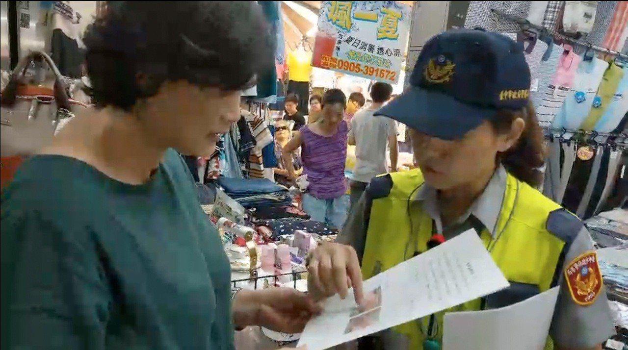 台中市北屯市場有多家攤商收到百元偽鈔,台中市第五警分局已展開偵辦,另派員到市場向...