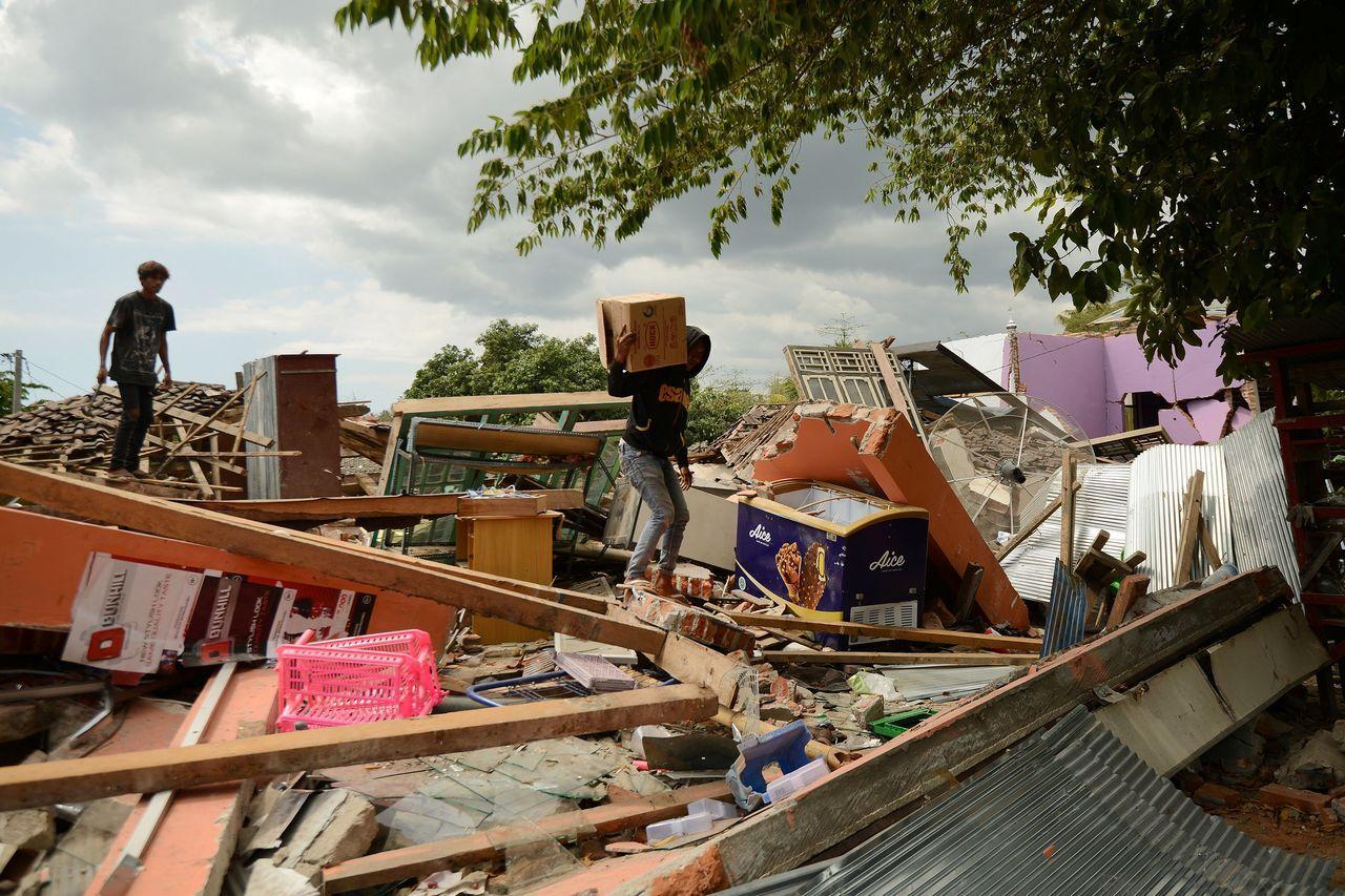 受到連日地震影響,部分地區已淪為鬼城,民眾在空曠地紮營,希望災難趕快結束。法新社