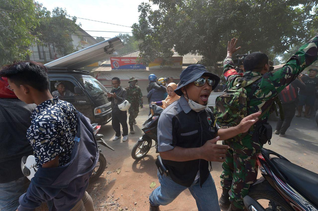 印尼龍目島9日又發生規模6.2強震,救災軍警趕緊安撫民眾,要大家切莫驚慌。法新社