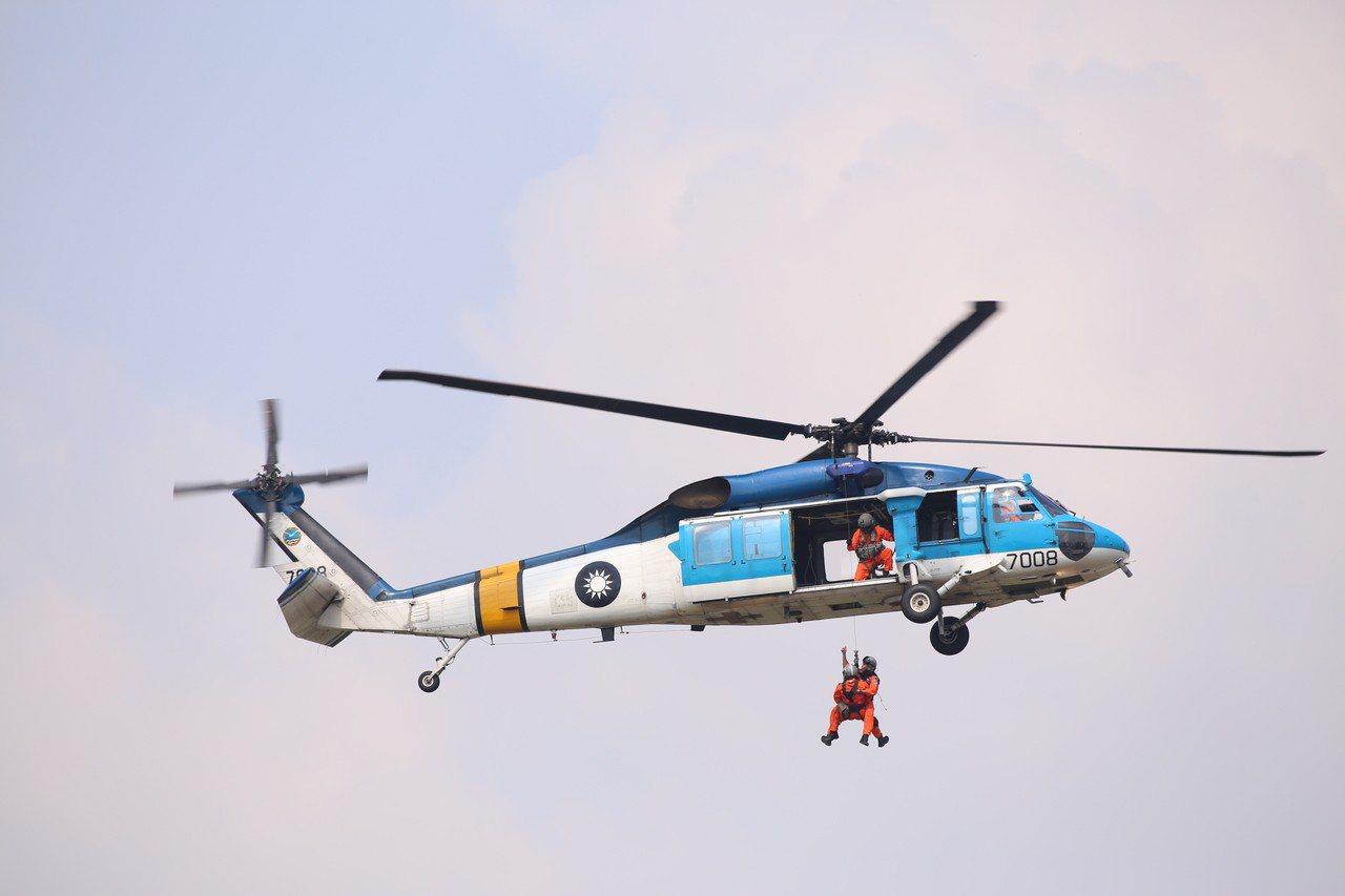 空軍嘉義基地明天開放,日前預演,空軍嘉義基地海鷗救護隊S-70C直升機空中吊掛表...