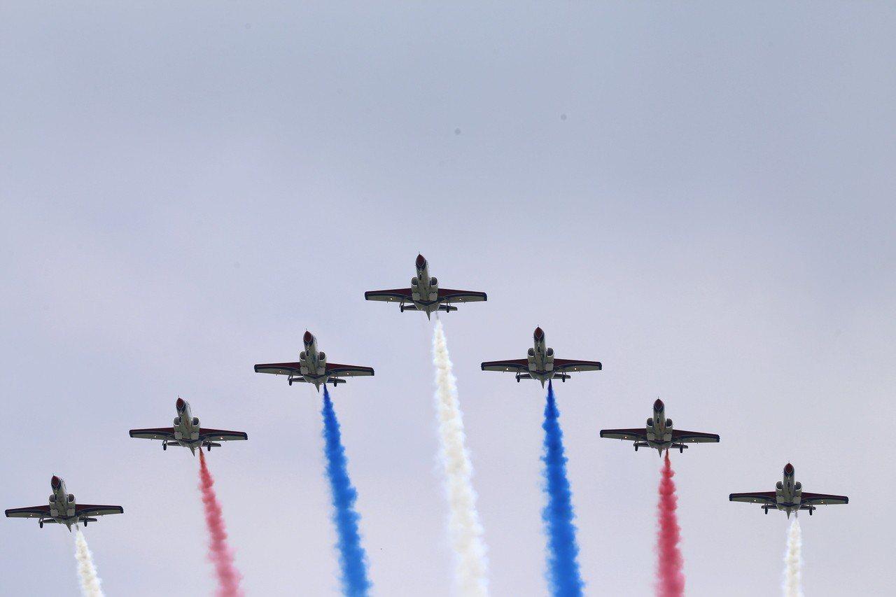 空軍嘉義基地明天開放,日前預演,雷虎特技小組特技操演。圖/縣政府提供