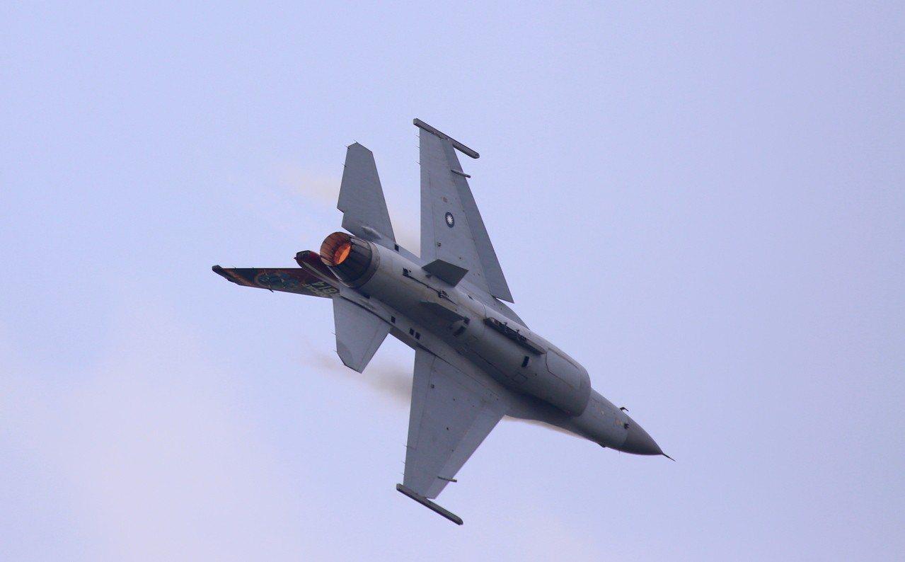 空軍嘉義基地明天開放,日前預演,戰機高速衝場。 圖/縣政府提供