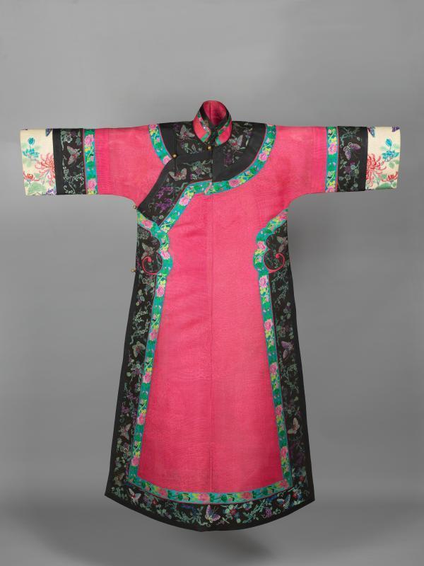 台灣收藏家王水衷捐出珍藏的338件海派旗袍,其中,年代最早的是一件清代的旗女之袍...
