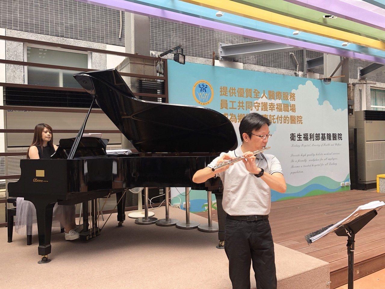 郭楠興夫婦說,他們平常都是音樂老師,希望藉演奏讓就醫民眾緊繃的情緒獲得一絲絲的紓...
