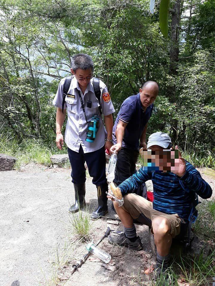 8月7日父親節前夕,58歲的王姓民眾與2名友人前往霞喀羅山區登山,因夜黑迷路,手...