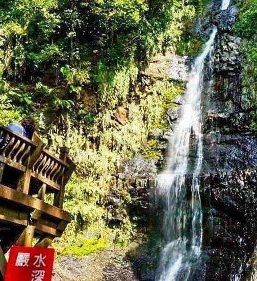 宜蘭縣五峰旗風景區第二層瀑布底下公告禁止戲水,今中午有2名遊客遭落石砸傷。 圖/...