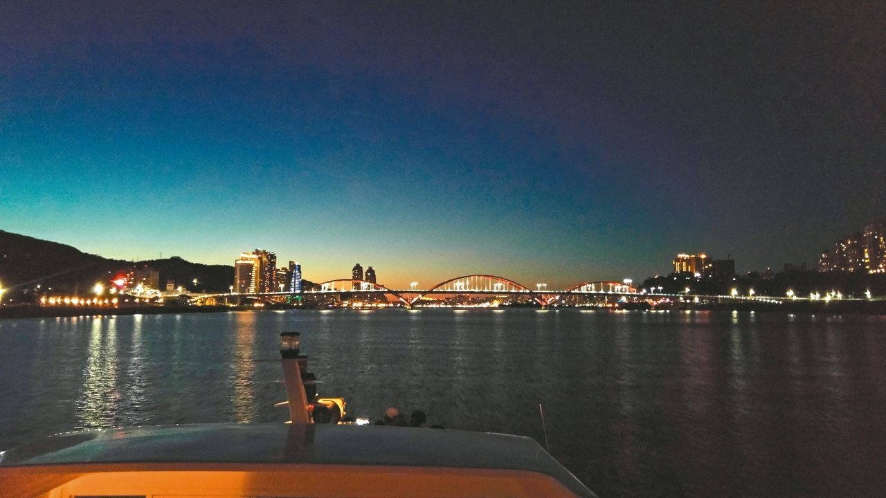 北市藍色水路供民眾享受河岸風光與乘船樂趣,每到夏季,傍晚夜遊也成熱門遊憩選項。 ...