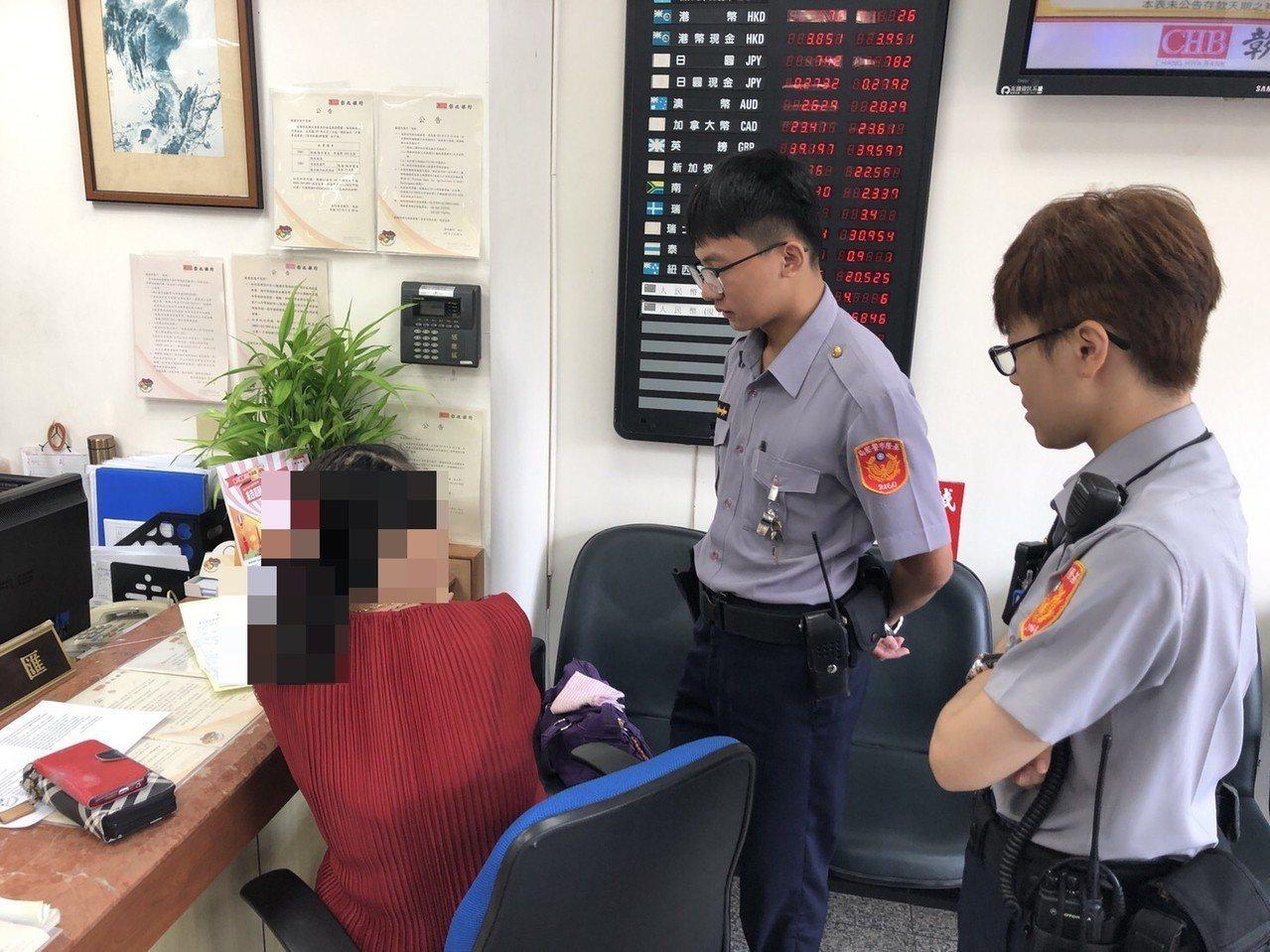 一名女子差點被騙匯款,員警到場勸阻。圖/警方提供
