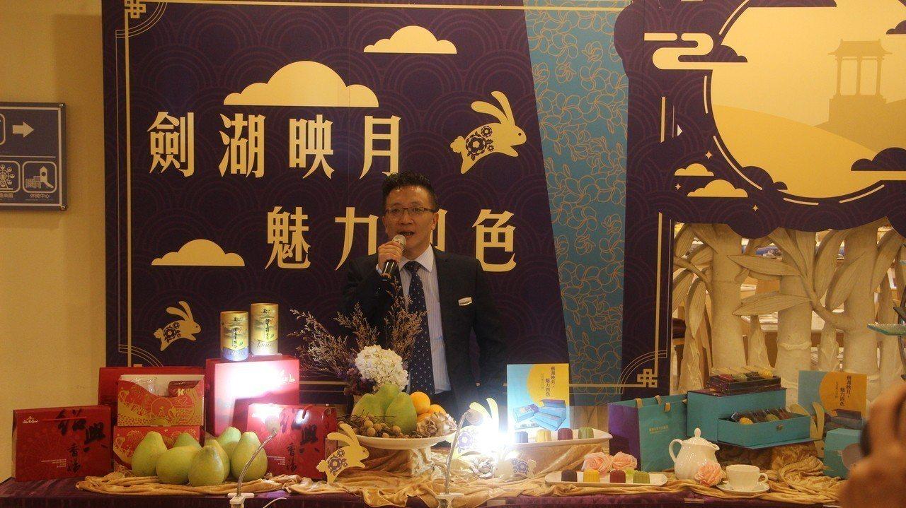 陳冠錫說,只要訂購月餅,即會贈送劍湖山飯店蔚藍西餐廳自助buffet七五折優惠卷...
