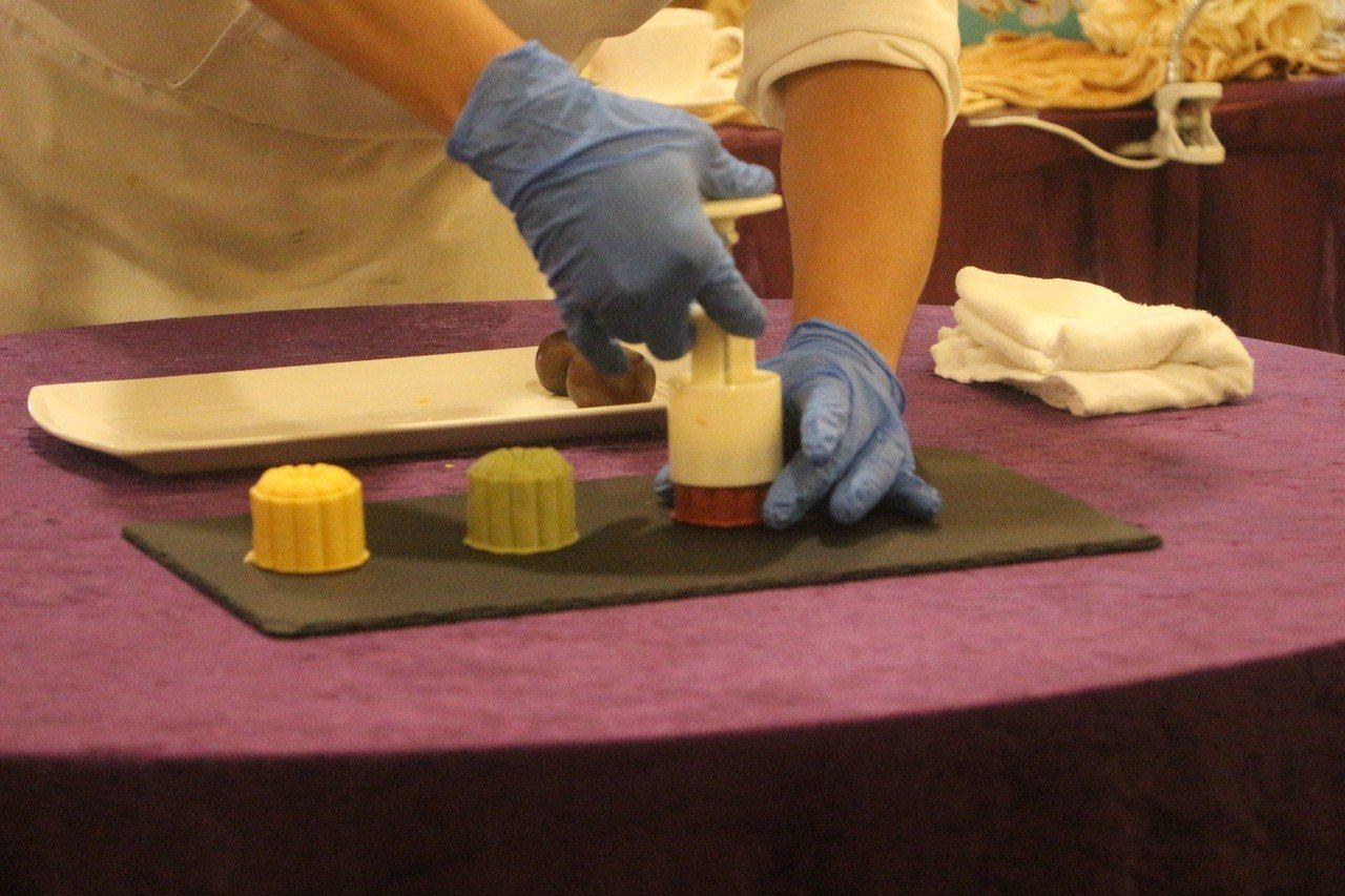 桃山月餅是源自日本桃山縣,屬於和菓子系列甜點,搭配咖啡或茶品嘗,特別適合。記者邱...