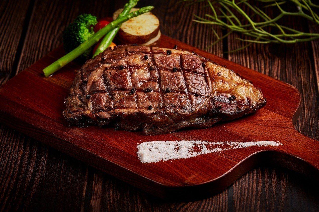 SUNNY BUFFET提供各式無國界美饌,如現烤區的牛排即選用高級的CHOIC...