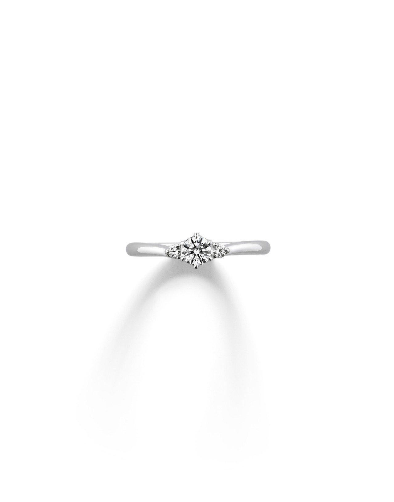 銀座白石訂婚鑽戒Smiling・Jasmine,以完美對稱比例在主石的左右兩側皆...