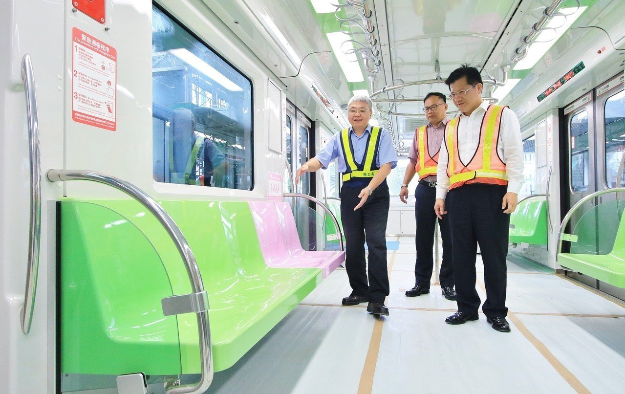台中市長林佳龍今天一早前往捷運G12站,透過臉書直播介紹站體內部及車廂設備。圖/...