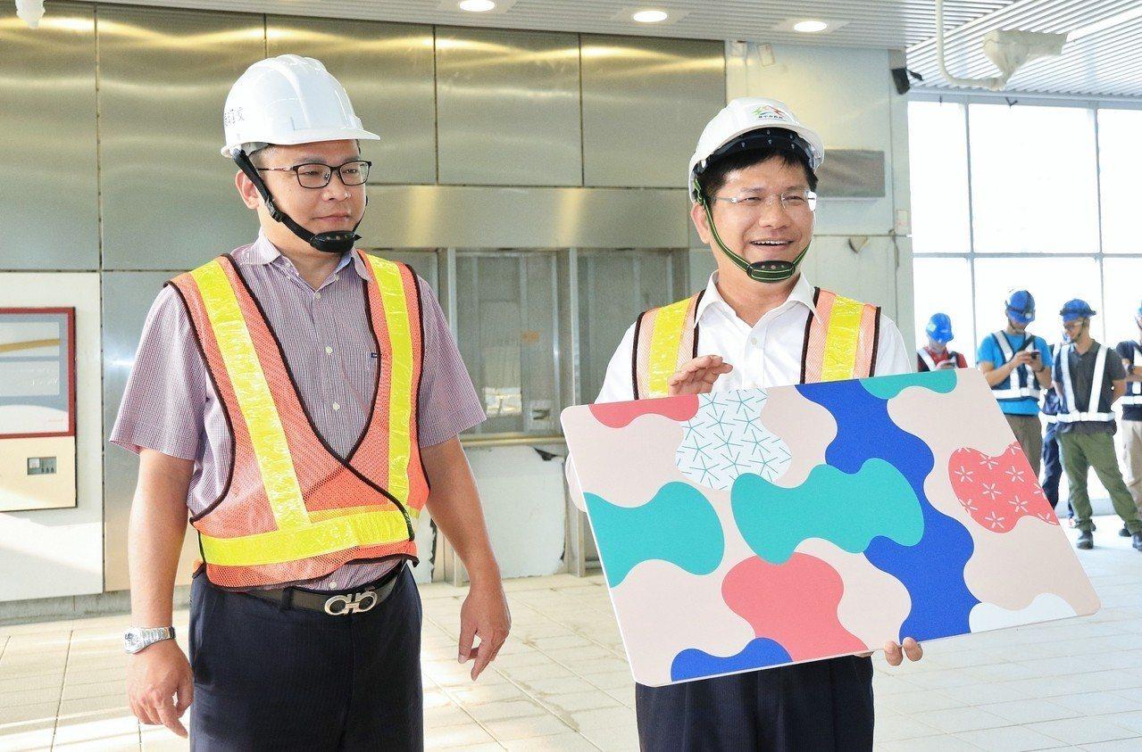 台中市長林佳龍今天臉書直播台中捷運G12站,介紹站體內部及車廂設備,宣傳花博卡。...