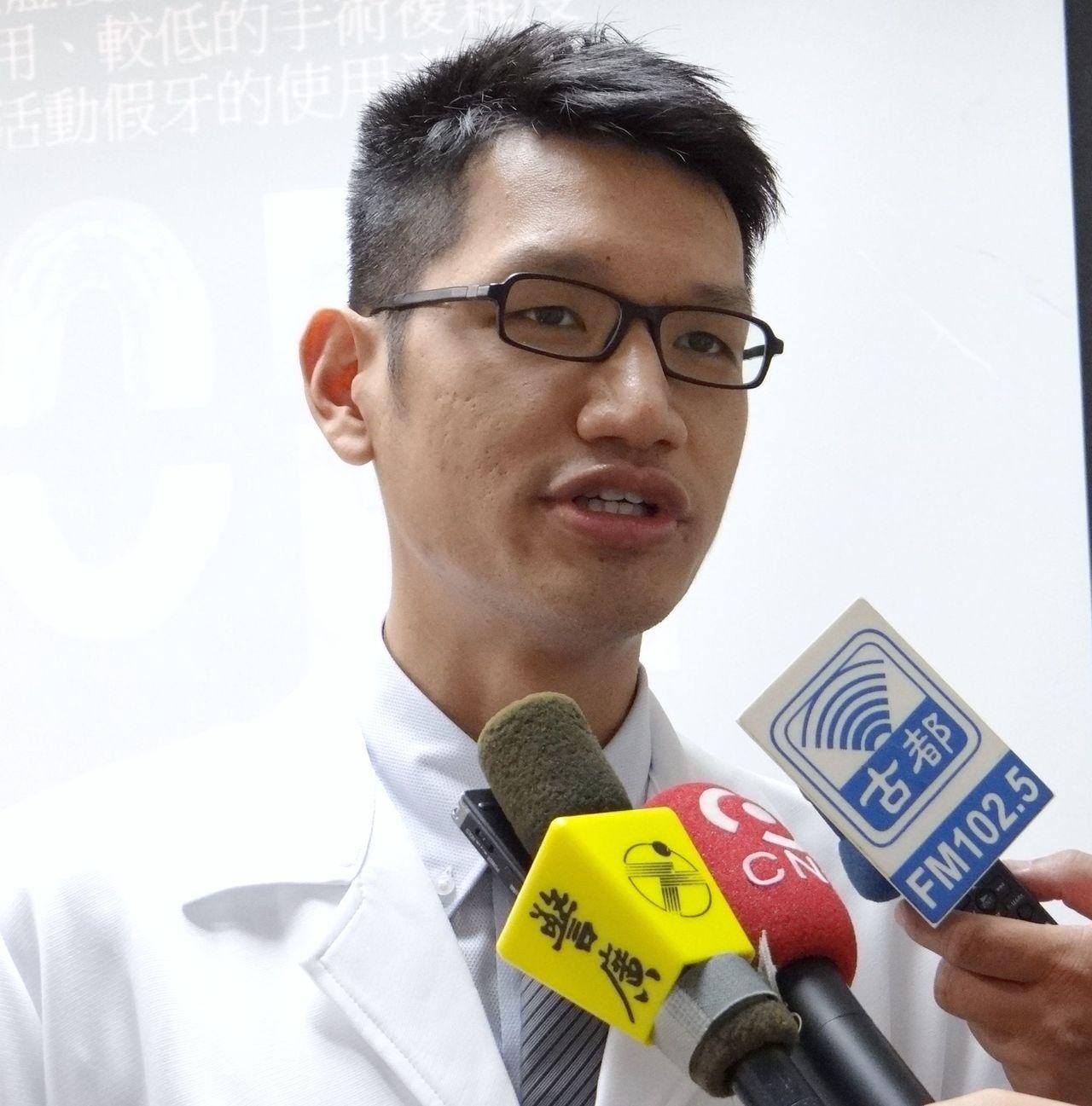 奇美醫學中心牙醫部贋復科主治醫師許育瑞,提出以植體覆蓋式活動義齒之於全口無牙病人...