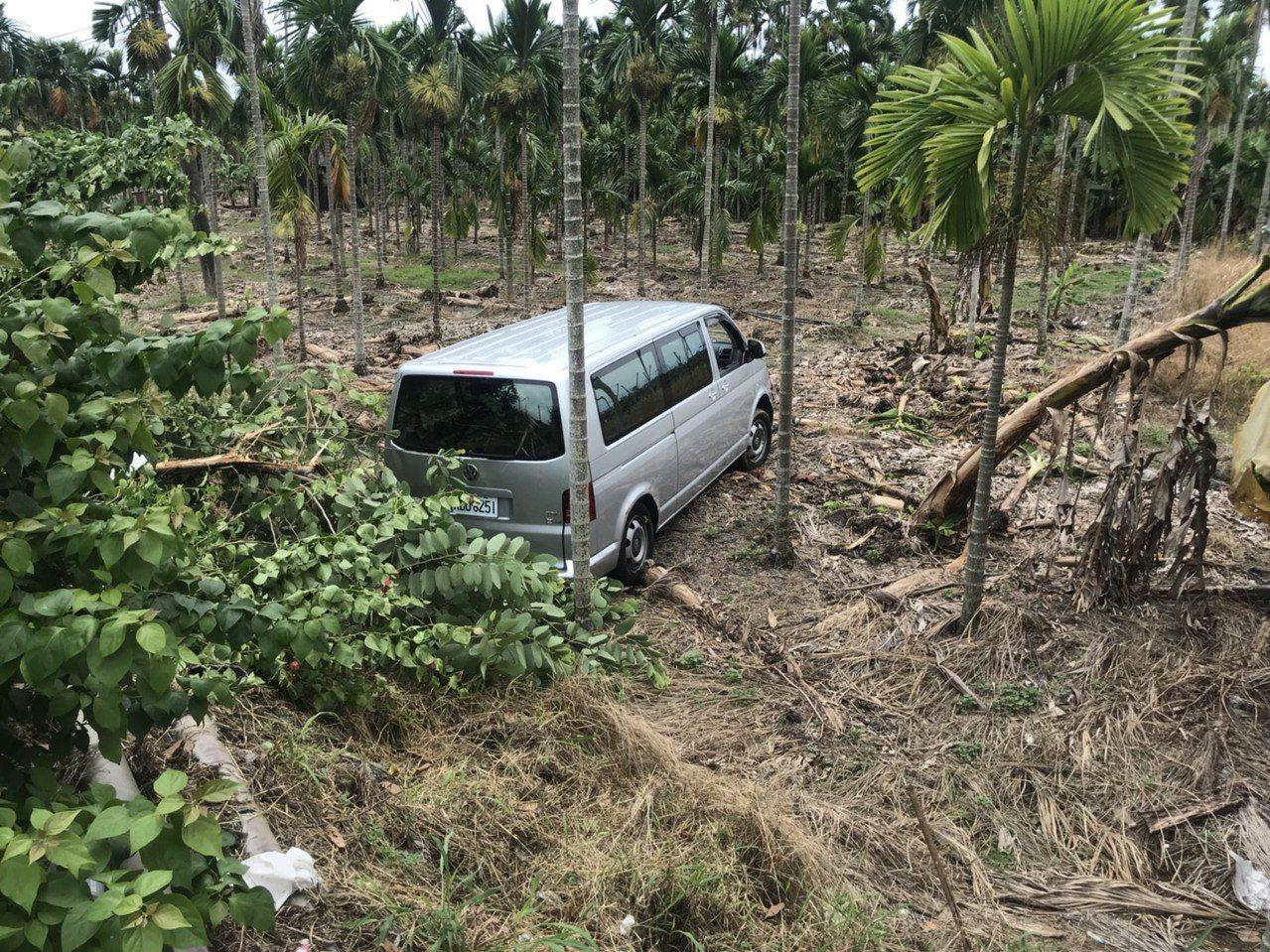 載送考卷的廂型車被計程車猛烈的撞擊力撞入檳榔園。記者潘欣中/翻攝