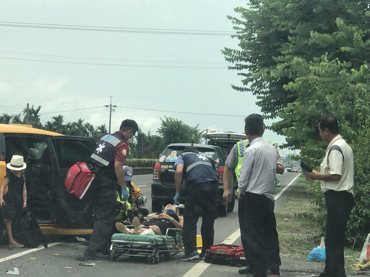 載有法國籍2大1小遊客的計程車自後追撞廂型車,車上的法籍女子手部挫傷送醫。記者潘...