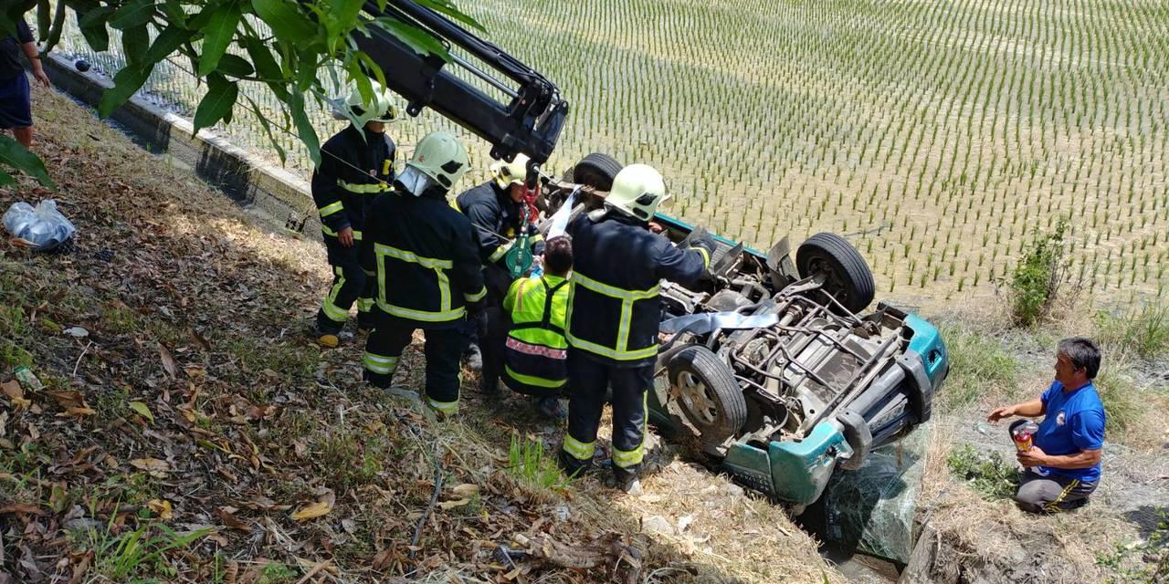 田姓駕駛為閃避前車,不慎掉落右側邊坡,車上3人所幸無大礙。圖/消防局提供