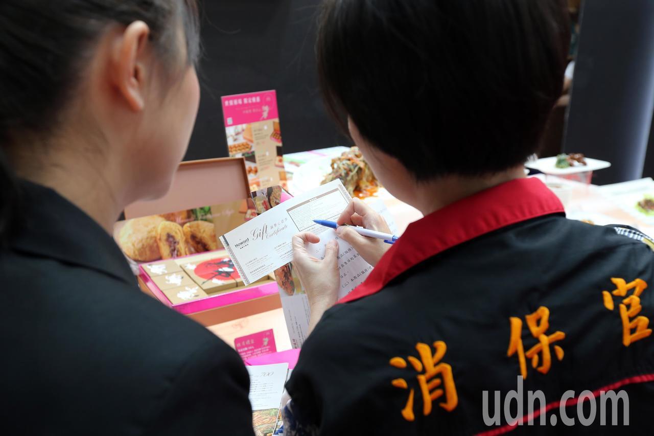 台灣美食展開幕,不少飯店業者祭出低價優惠餐券、住宿券等,吸引民眾搶購,而消保官也...