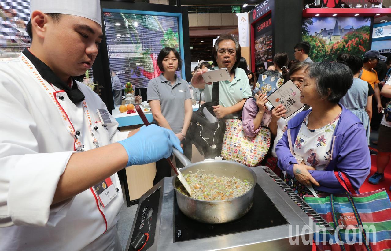 台灣美食展今天在世貿中心登場,飯店業者請來主廚以高價食材現場烹調餐券內餐點,吸引...
