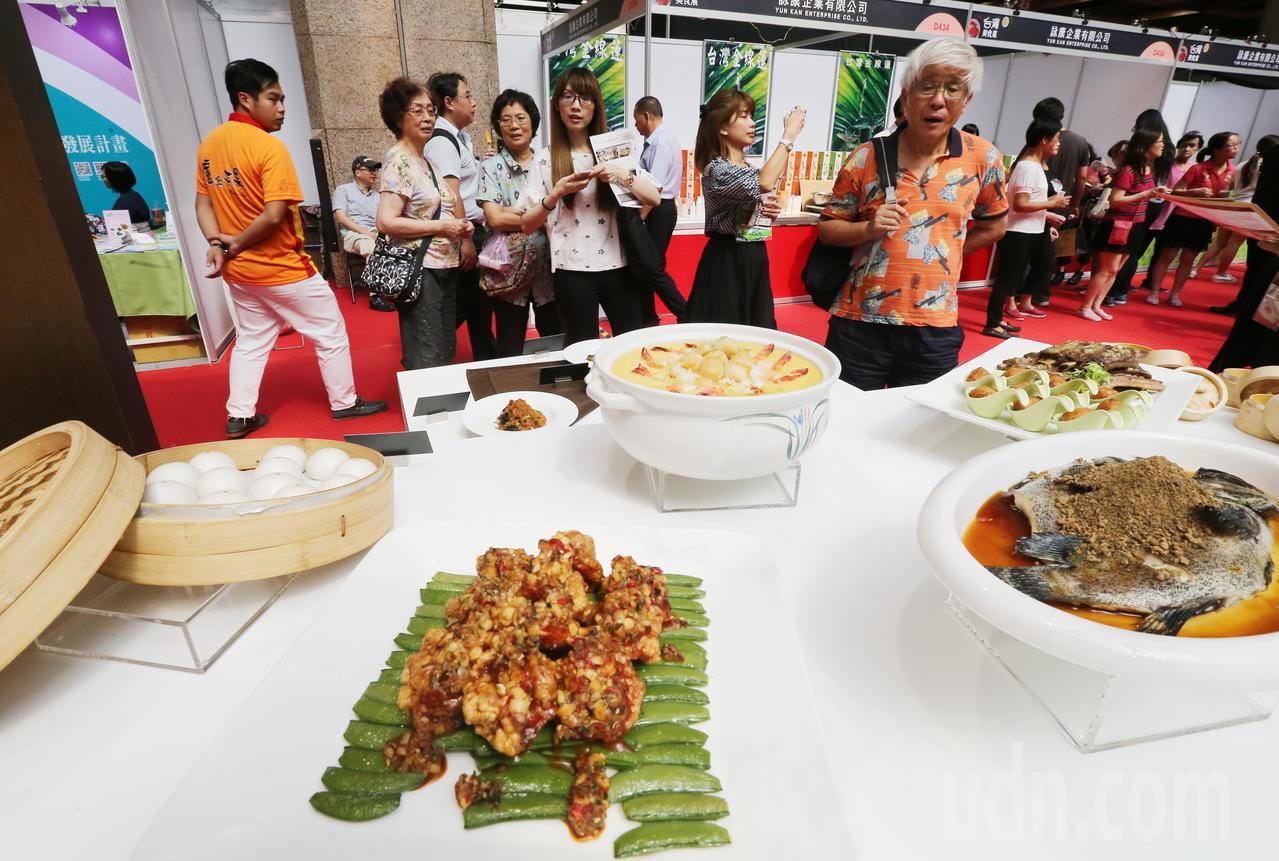 台灣美食展今天在世貿中心登場,飯店業者紛紛祭出低價優惠餐券、住宿券等,吸引不少民...