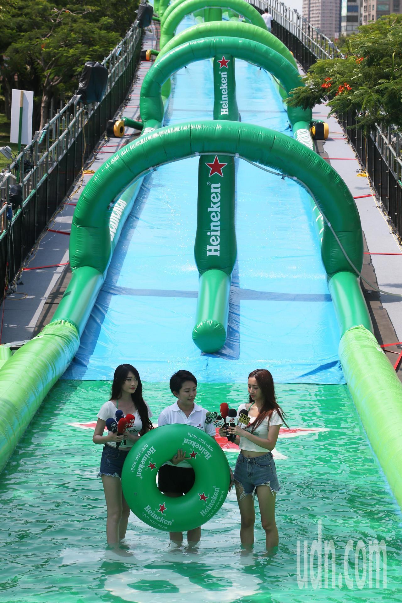 高雄市府與海尼根在愛河打造「海尼根世界城市滑水道」,長達170公尺的巨型滑水道,...