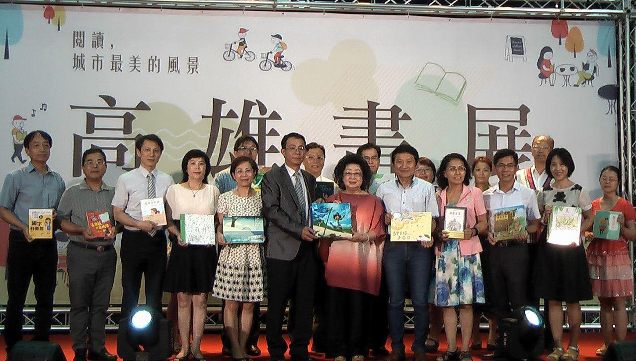 高雄書展主辦單位公益募集了4000本書,送給高雄市區與偏鄉的學校。記者徐如宜/攝...