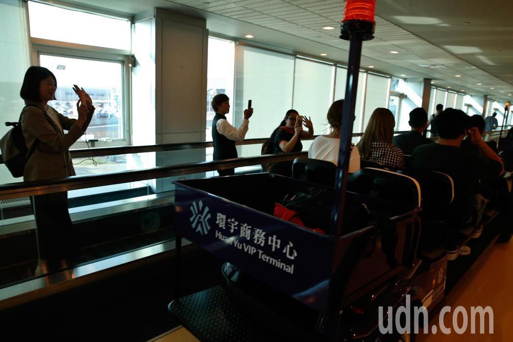 韓團「EXID」下午搭乘OZ-713班機首先抵達桃園機場,管制區內有幾位粉絲守候...