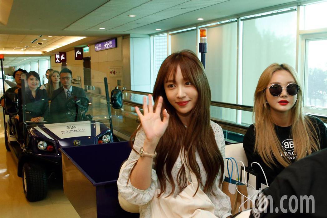 韓團「EXID」下午搭乘OZ-713班機首先抵達桃園機場,哈妮還親切地像粉絲們揮...