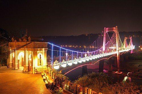 桃園大溪橋是大溪老街地標景點,增建置全彩LED智慧光雕系統,每小時整點會出現靜、...