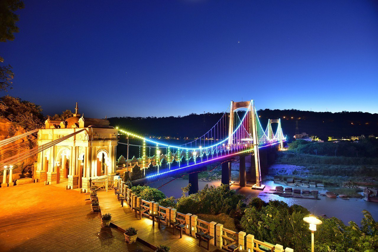 桃園大溪橋是大溪老街地標景點,增建置全彩LED智慧光雕系統設,越夜越美麗。圖/大...