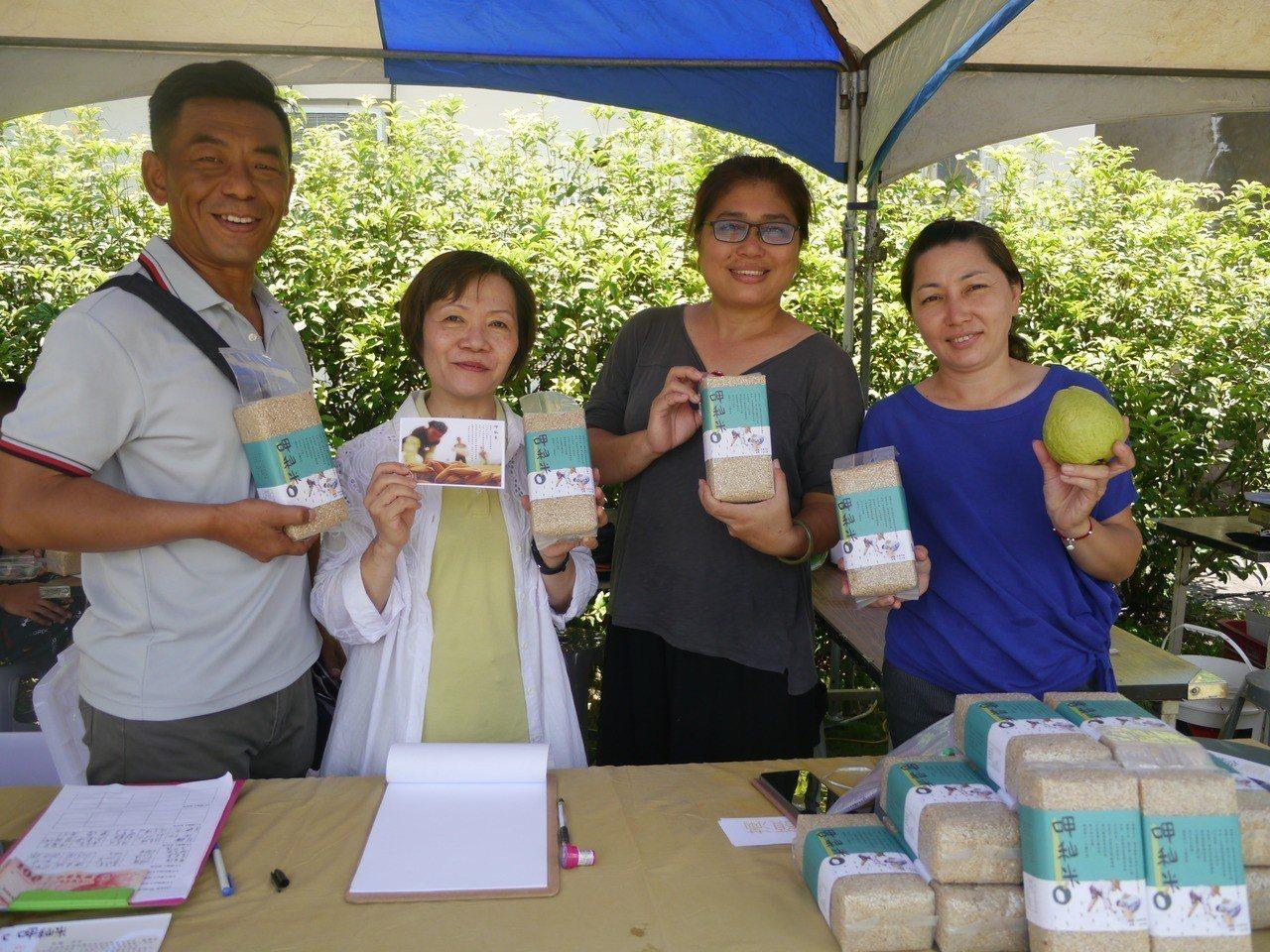 甲仙愛鄉協會出產的「呷秈米」上市,今年的義賣收入要捐給國中太鼓隊當發展基金。記者...