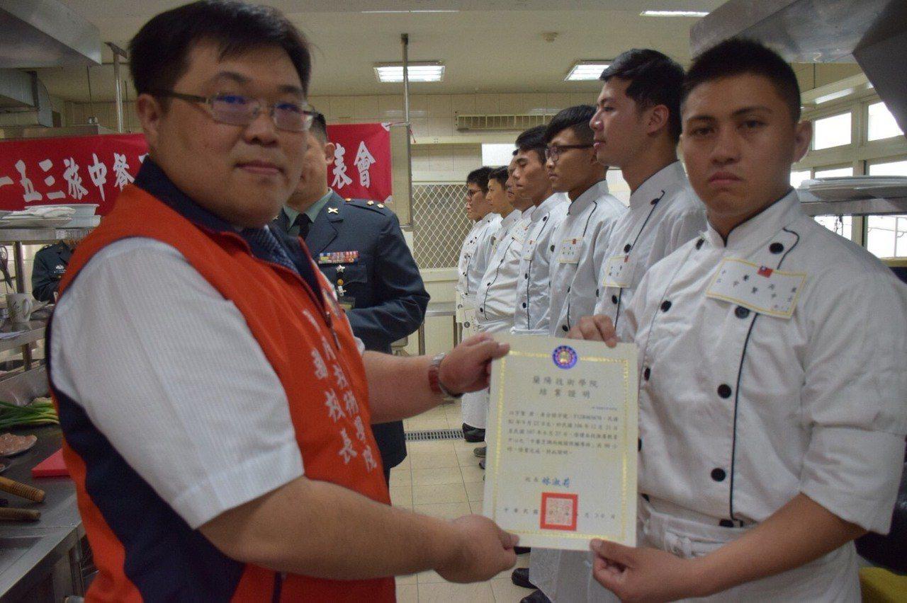 蘭陽技術學院副校長劉建良(左)頒發結業證書。圖/蘭院提供