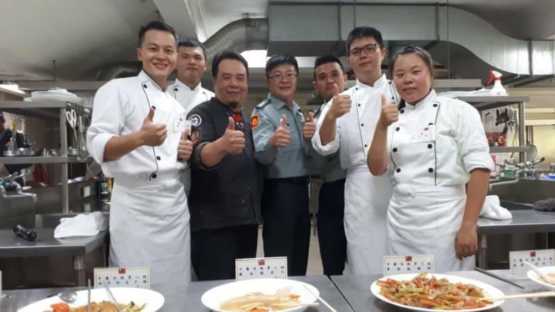 蘭陽技術學院國際特金牌的餐旅系老師許良民與學員官兵合照。圖/蘭院提供