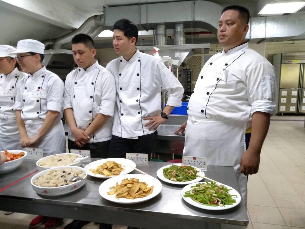 官兵學員們頗有大廚的架式。圖/蘭院提供