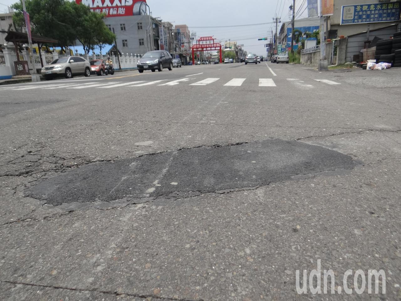 雲林縣主要道路的雲145縣道,車流量大,路面卻到處坑坑洞洞,像貼膏藥,用路品質差...