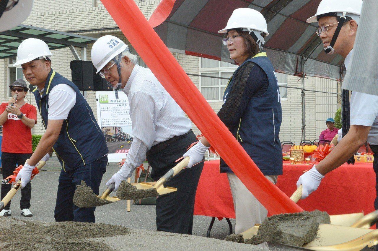 雲林縣府今天動工將全面整修挖挖補補的雲145縣道,成為雲林的路平示範道路。記者蔡...