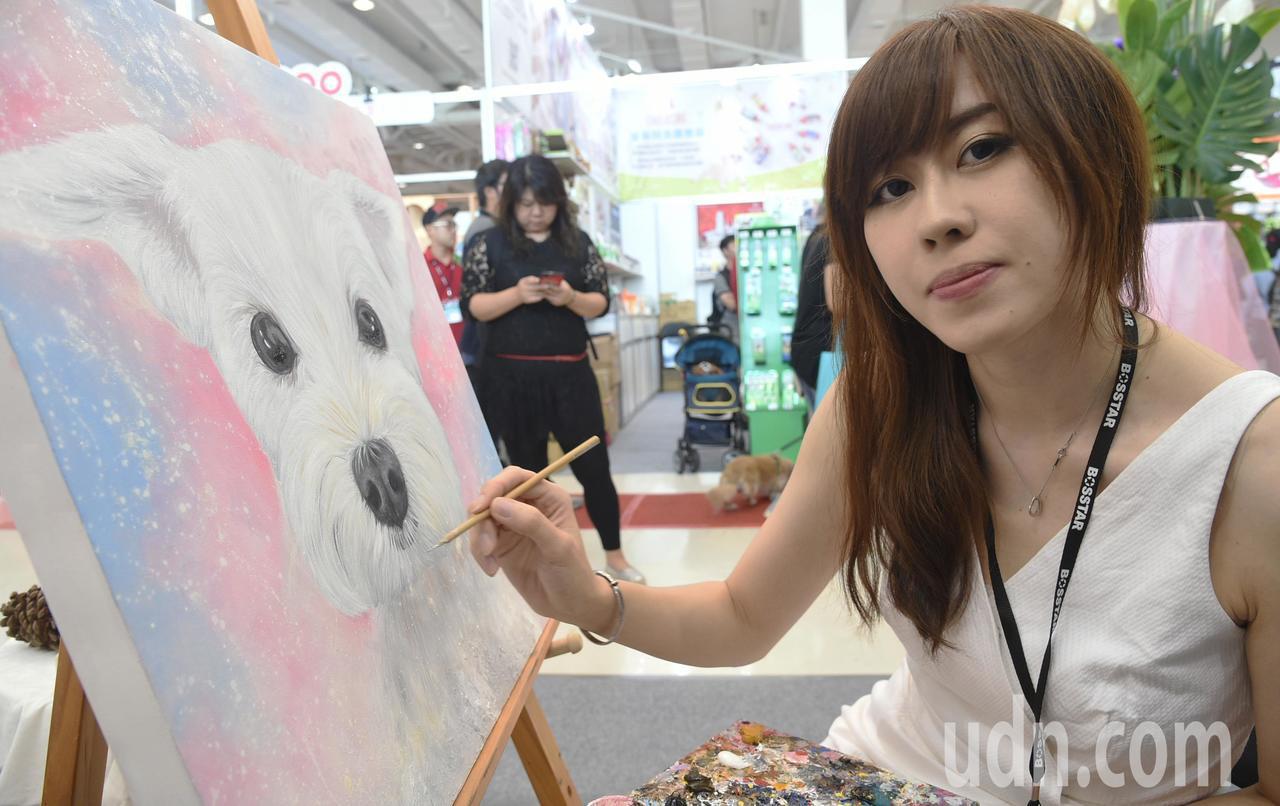 美女畫家蔣芳雯堅持夢想創作,筆觸凍結毛孩們細膩的瞬間神態,如今成為畫風獨樹一格的...
