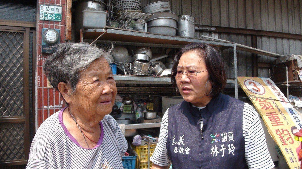 縣議員林于玲(右)聽取村民反映。記者謝恩得/攝影